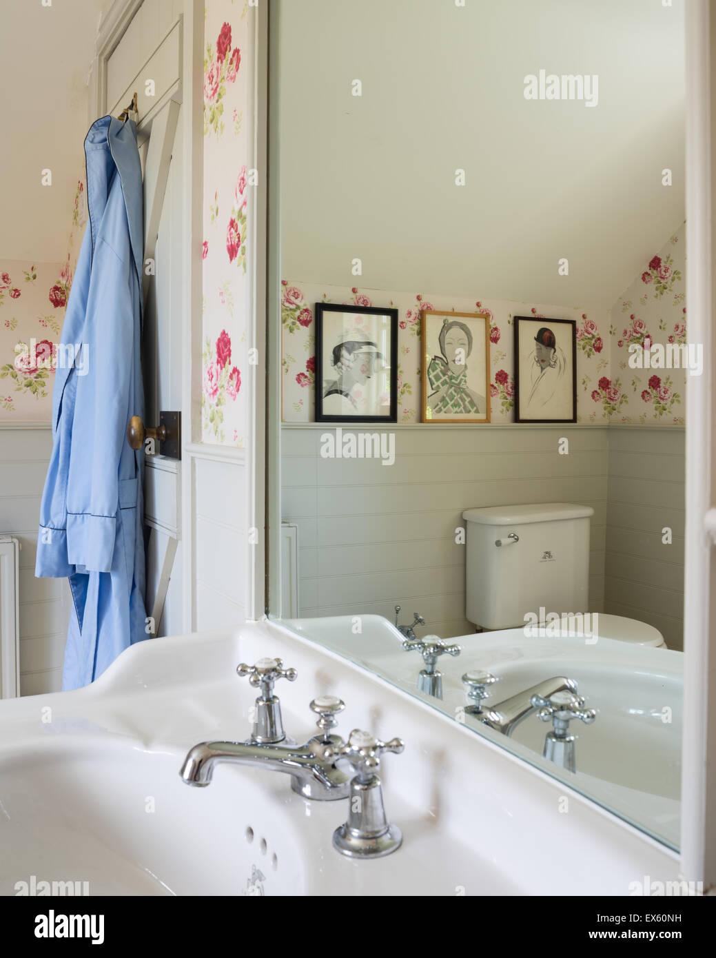 perfect cath kidston papier peint dans une salle de bains privative avec cottage simple mode. Black Bedroom Furniture Sets. Home Design Ideas