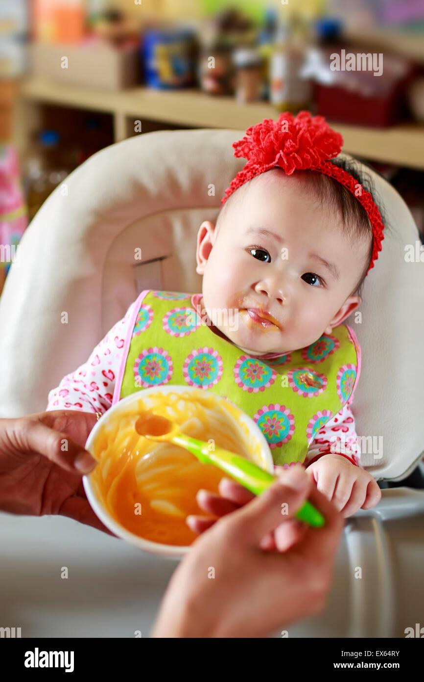Manger des aliments solides pour bébé Photo Stock