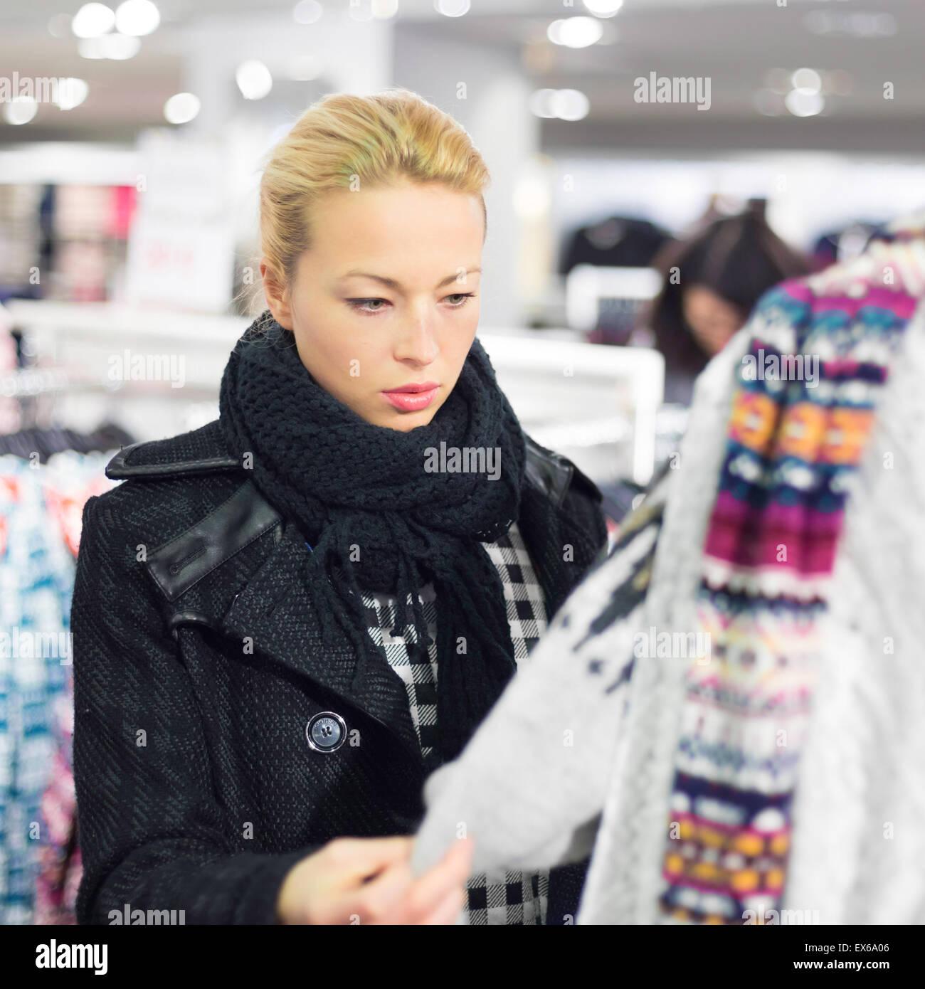 Belle femme shopping dans une boutique de vêtements. Photo Stock