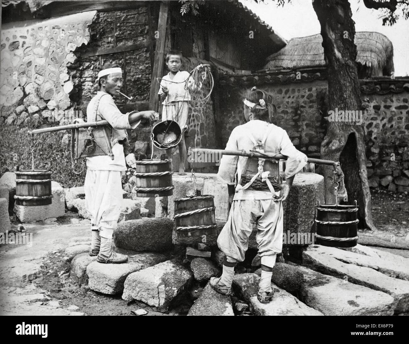 Porteur d'eau se rend dans un village, Corée 1904 Photo Stock