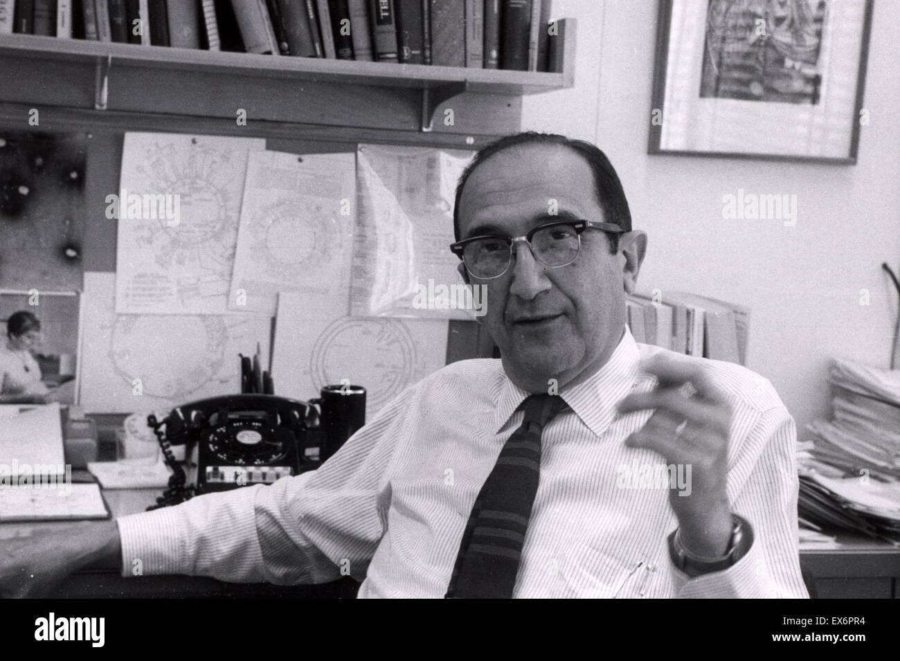 Salvador Luria dans son bureau au MIT à Boston 1967. Salvador Edward Luria (1912 - 1991) chercheur en génétique italienne et microbiologiste, plus tard naturalisé citoyen Américain. Il a gagné le Prix Nobel de physiologie ou médecine en 1969 Banque D'Images
