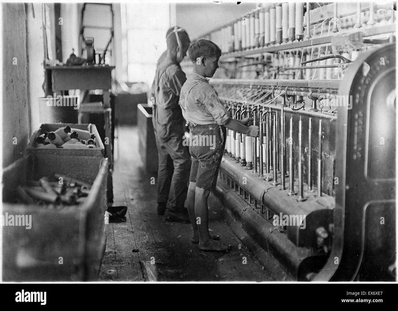 Doffers (travail des enfants) dans une usine de textile, dans la région de Cherryville, North Carolina, USA. 1910 Banque D'Images