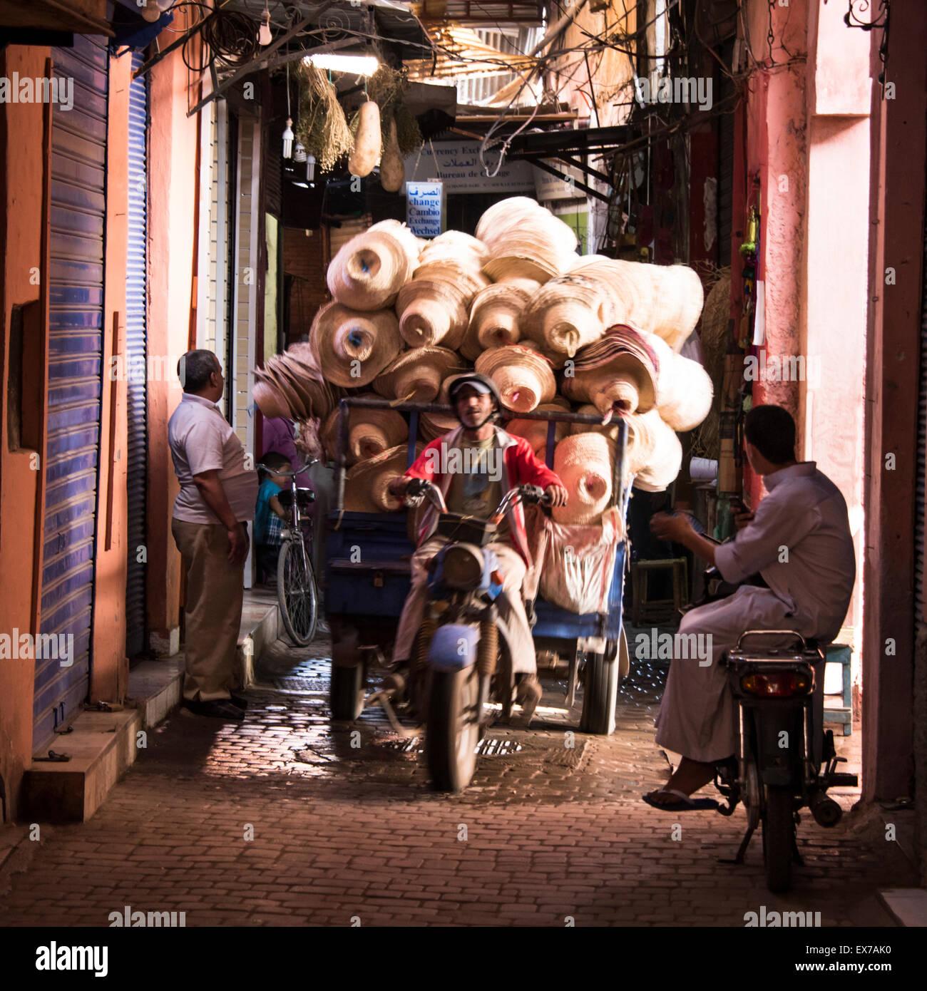 Un vendeur de matériel sur un véhicule motorisé à Marrakech, Maroc Photo Stock