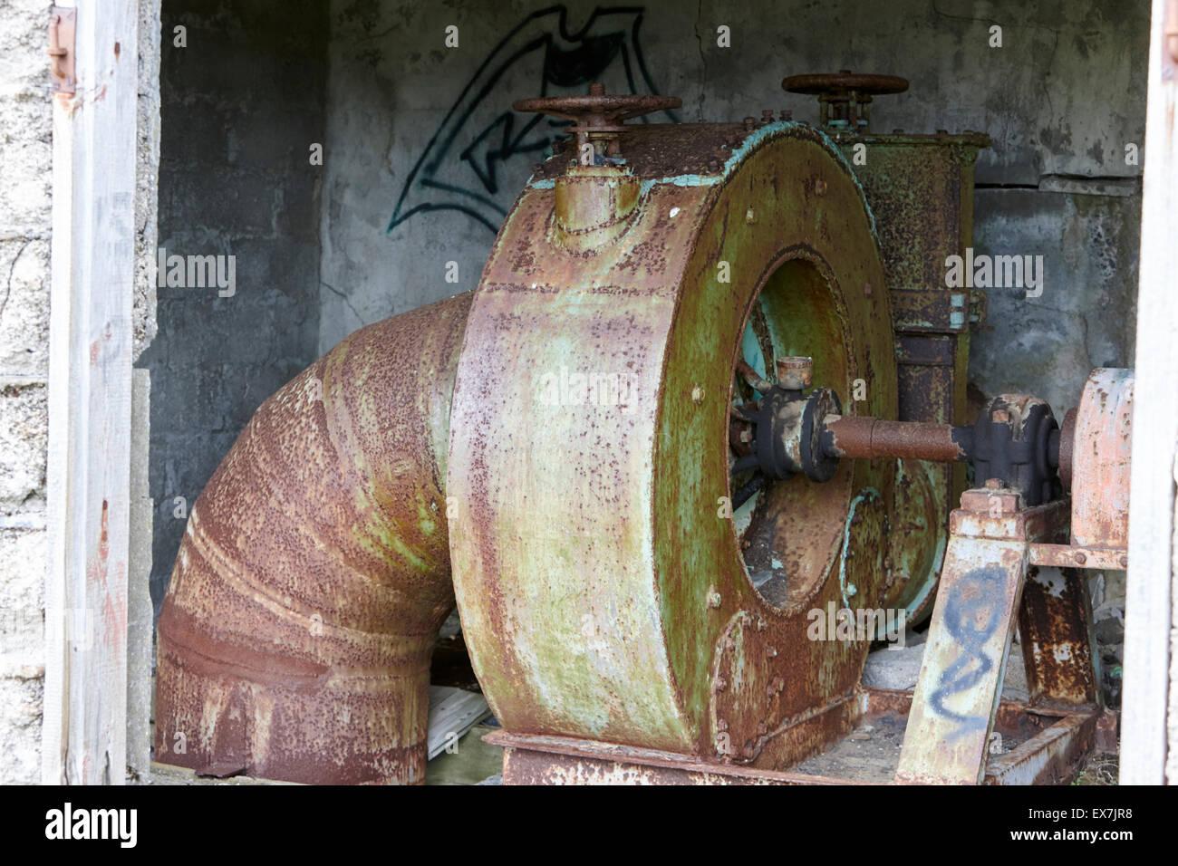 Roue à eau matériel de production d'électricité dans l'ancienne petite station hydro Photo Stock