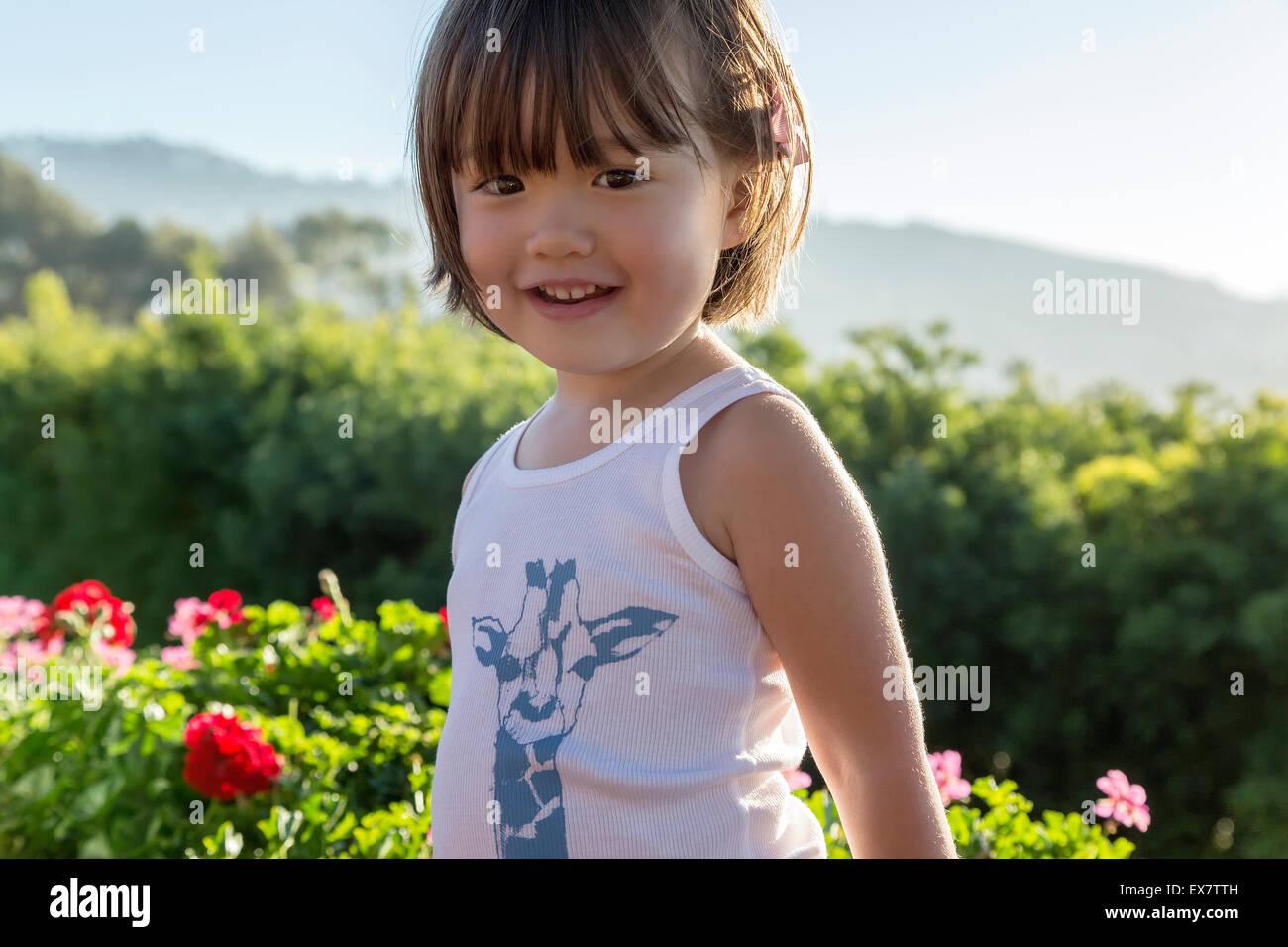 Trois ans, fille, vêtu d'un débardeur imprimé, La Jolla, Californie Banque D'Images