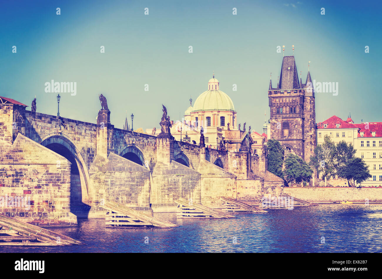 Instagram Retro photo stylisée de Prague, le pont Charles et la rivière Vltava. Photo Stock