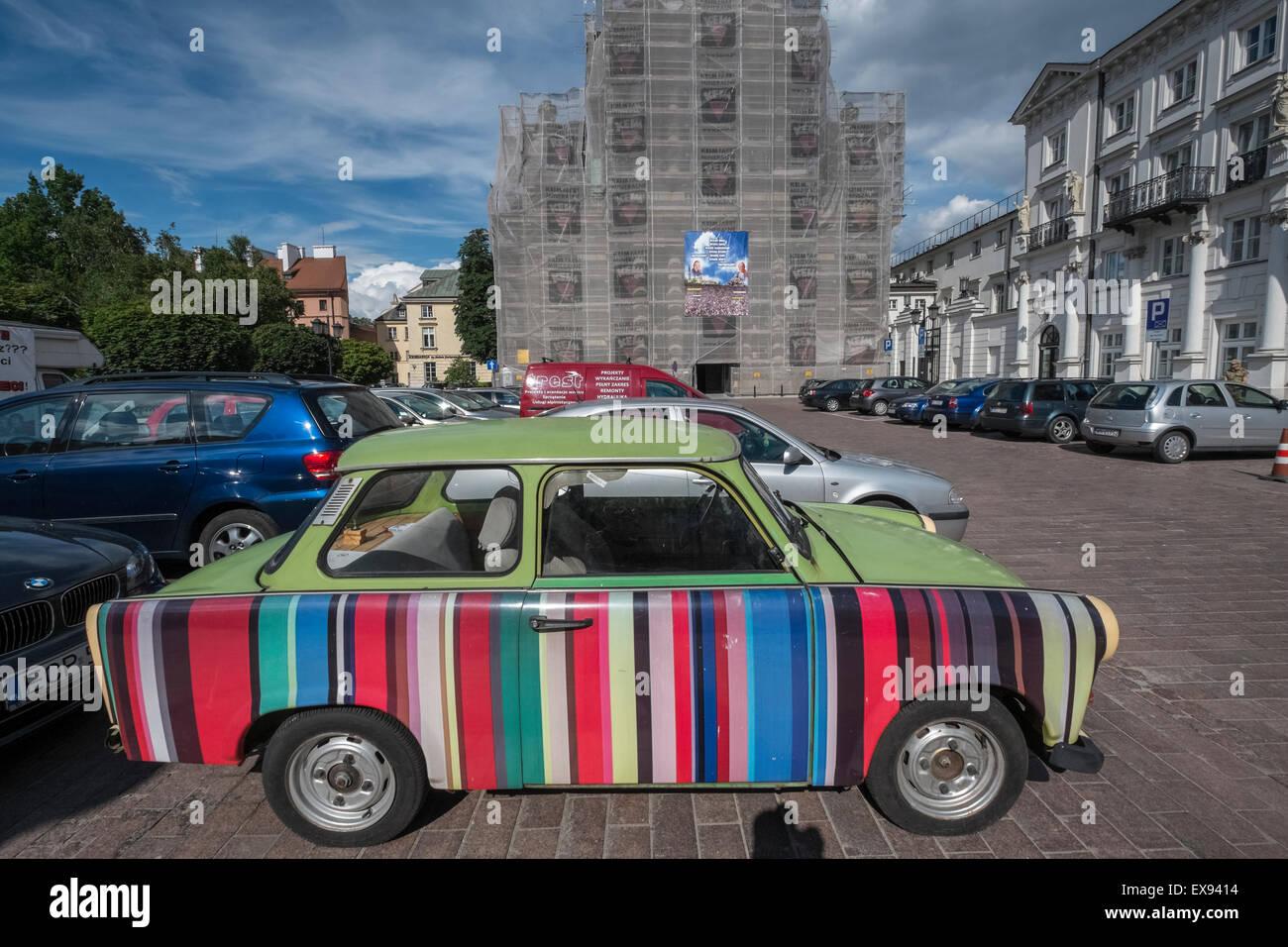 Vieille voiture Trabant à rayures de couleur multi avec panneau latéral, Varsovie, Pologne Photo Stock