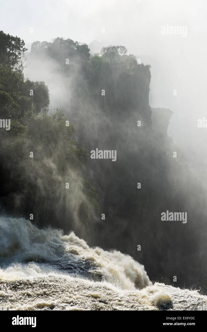 L'Afrique, Zimbabwe, Victoria Falls National Park, Zambèze déverse sur Victoria Falls sur matin d'été Photo Stock