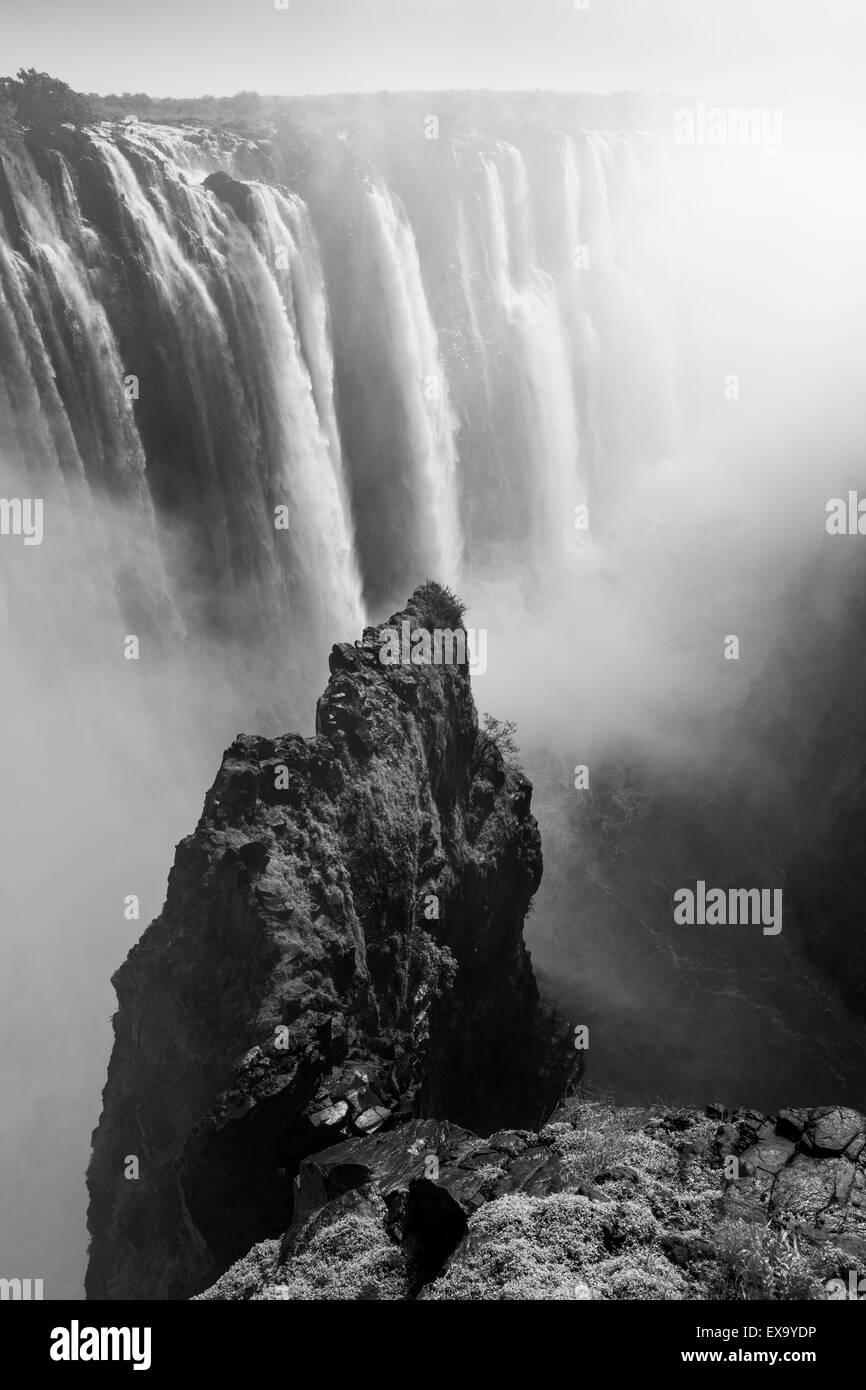 L'Afrique, Zimbabwe, Victoria Falls National Park, Zambèze comme il coule sur Victoria Falls Banque D'Images
