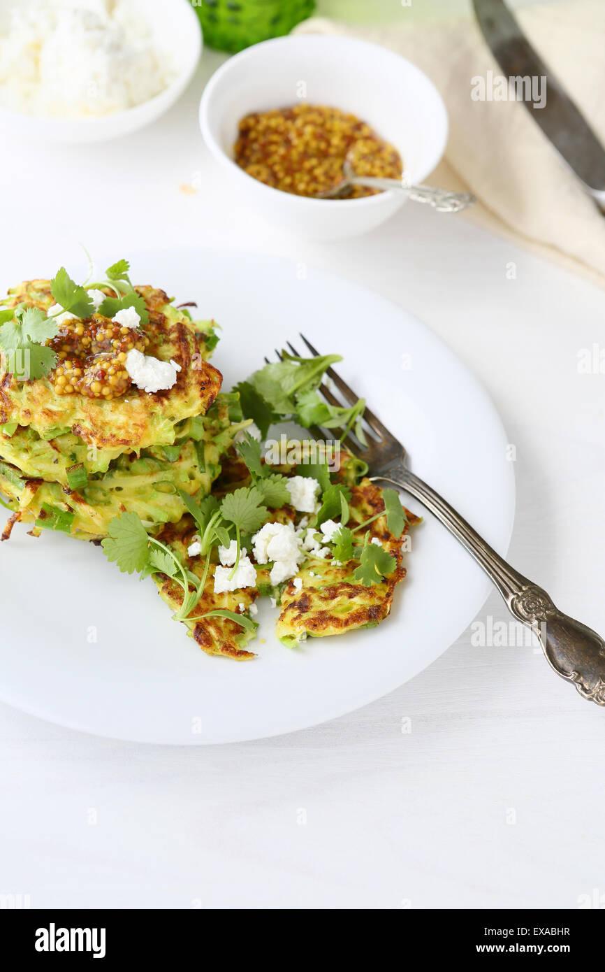 Crêpes aux courgettes avec du fromage et des aliments verts, Photo Stock