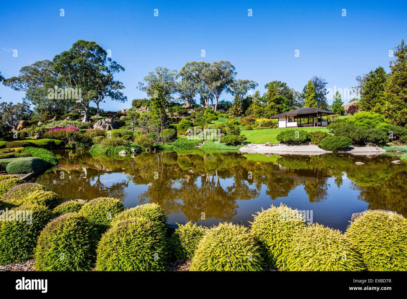 L'Australie, Nouvelle Galles du Sud, région du Centre-Ouest, le lac et salon de thé au jardin japonais Photo Stock