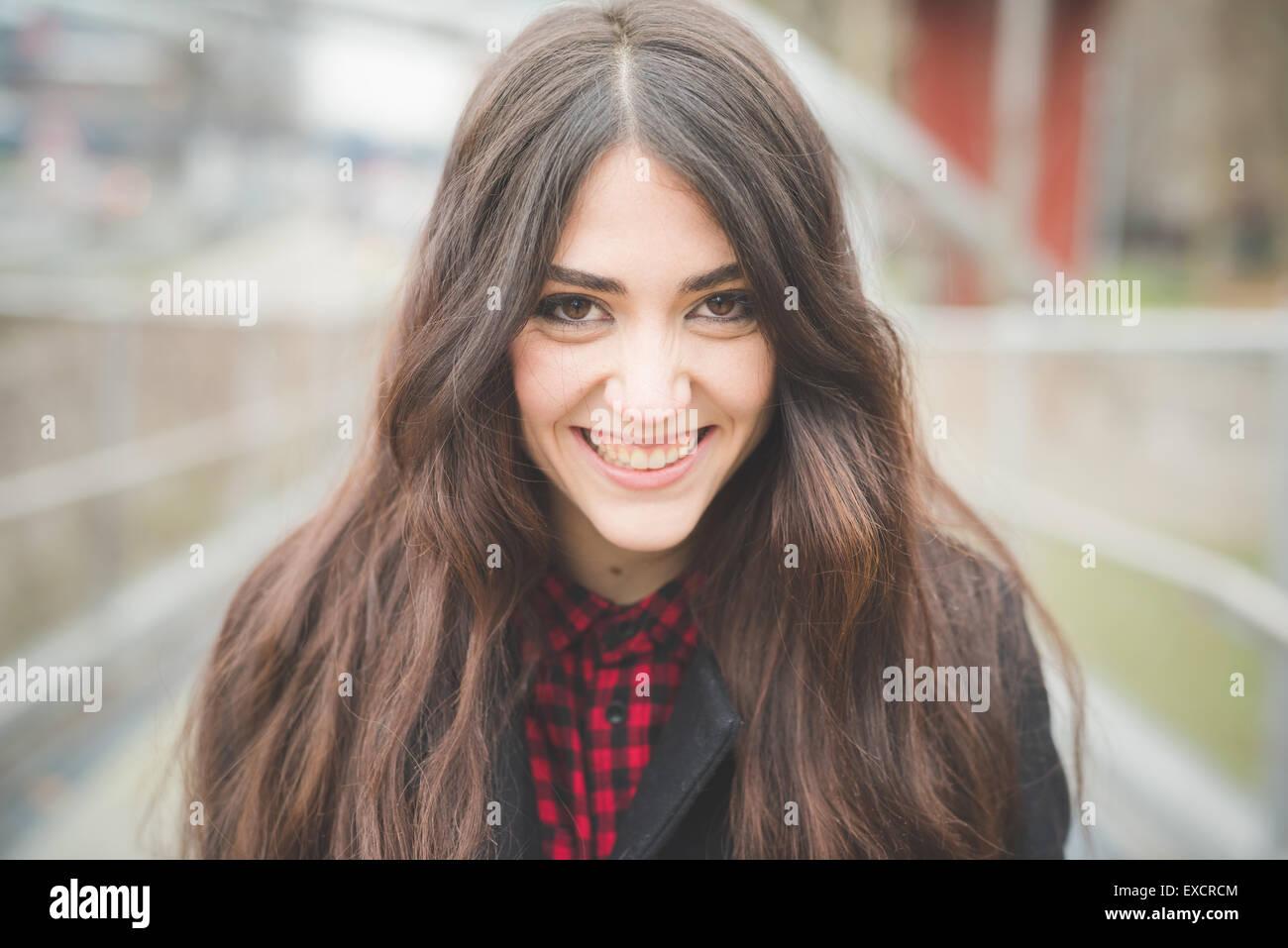 De beaux cheveux longs femme modèle vivant la ville en ville en plein air d'hiver Photo Stock