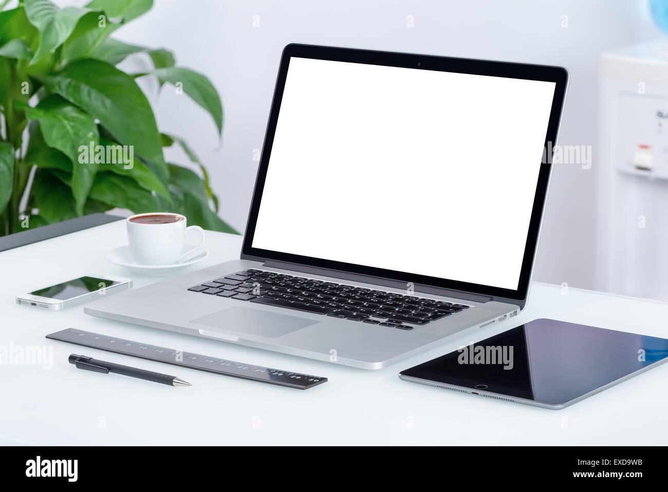 Espace de bureau moderne avec ordinateur portable tablet pc et