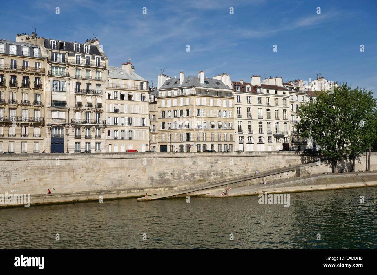 Les bâtiments à l'architecture Haussmannienne parisienne Seine, Ile de la Cité, Paris, France. Banque D'Images