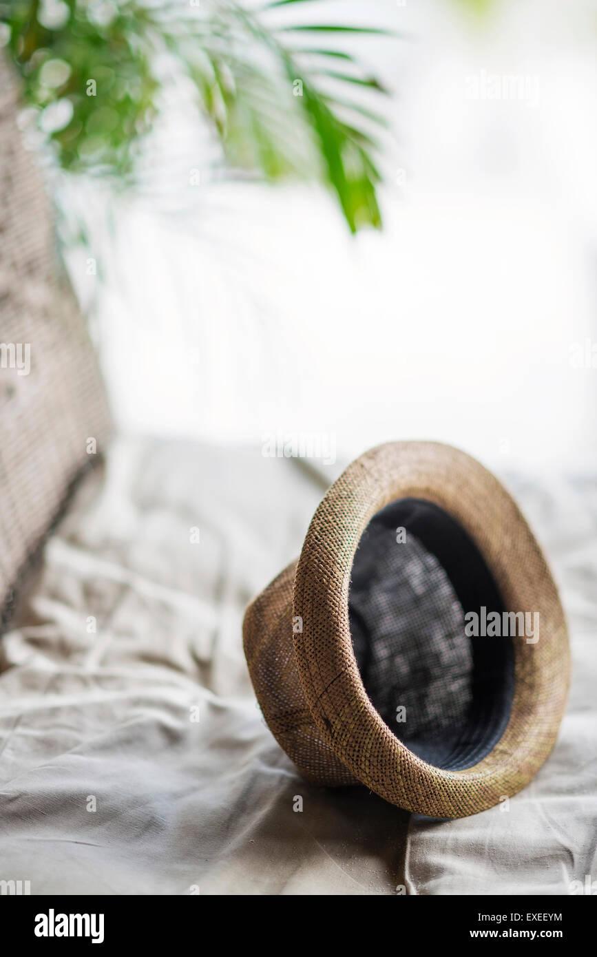 Chapeau Panama paille marron décontracté dans cadre tropical détendue Photo Stock