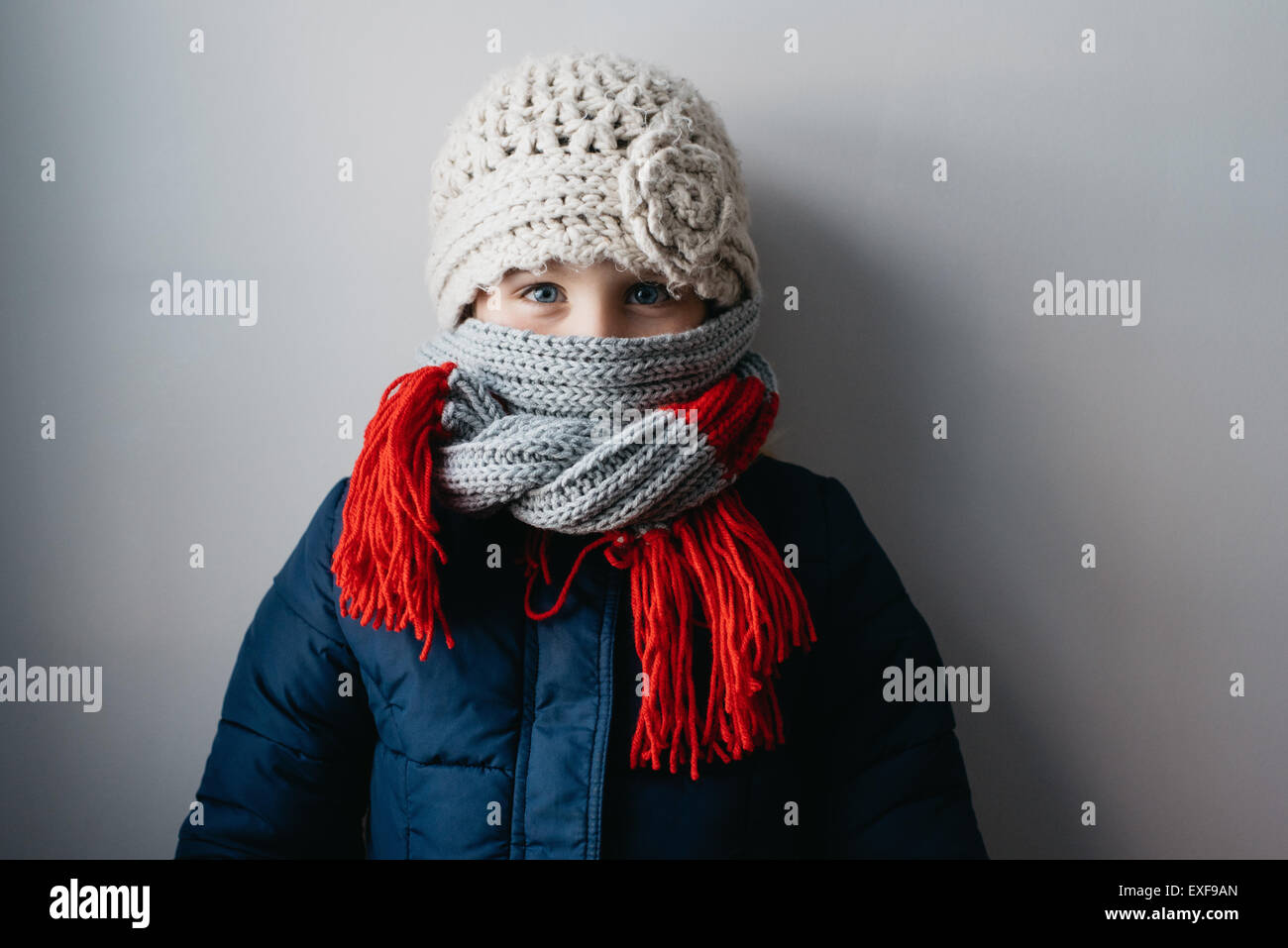 Chaudement enveloppé dans fille bonnet et écharpe en laine Photo Stock