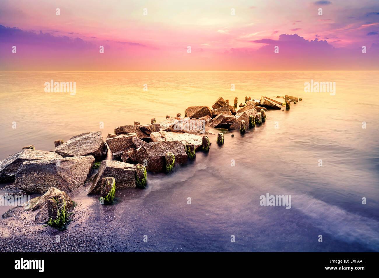 Heure d'or, paisible paysage de mer après le coucher du soleil. Photo Stock