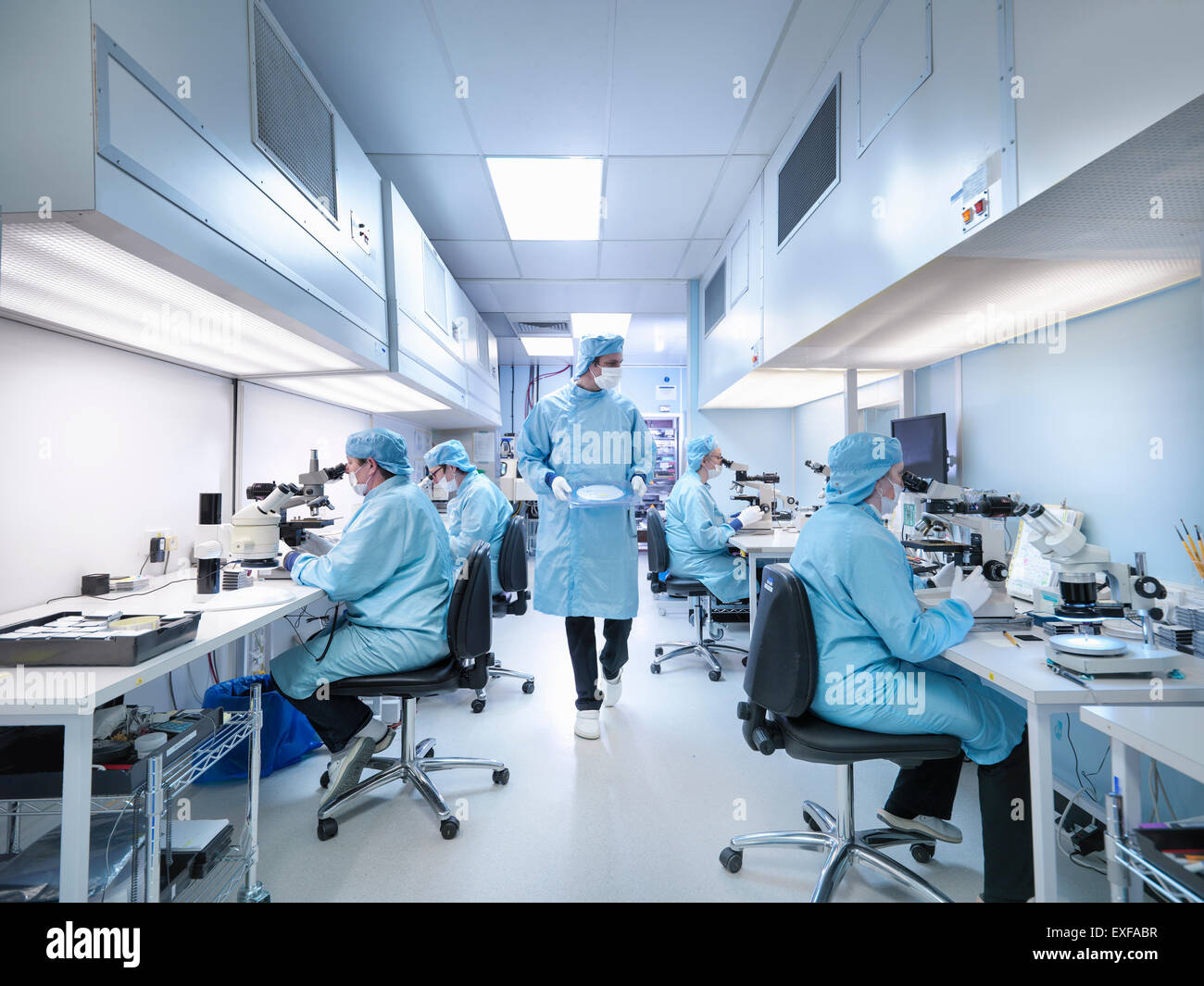 Les travailleurs de l'électronique en salle blanche assemblage de composants électroniques Photo Stock