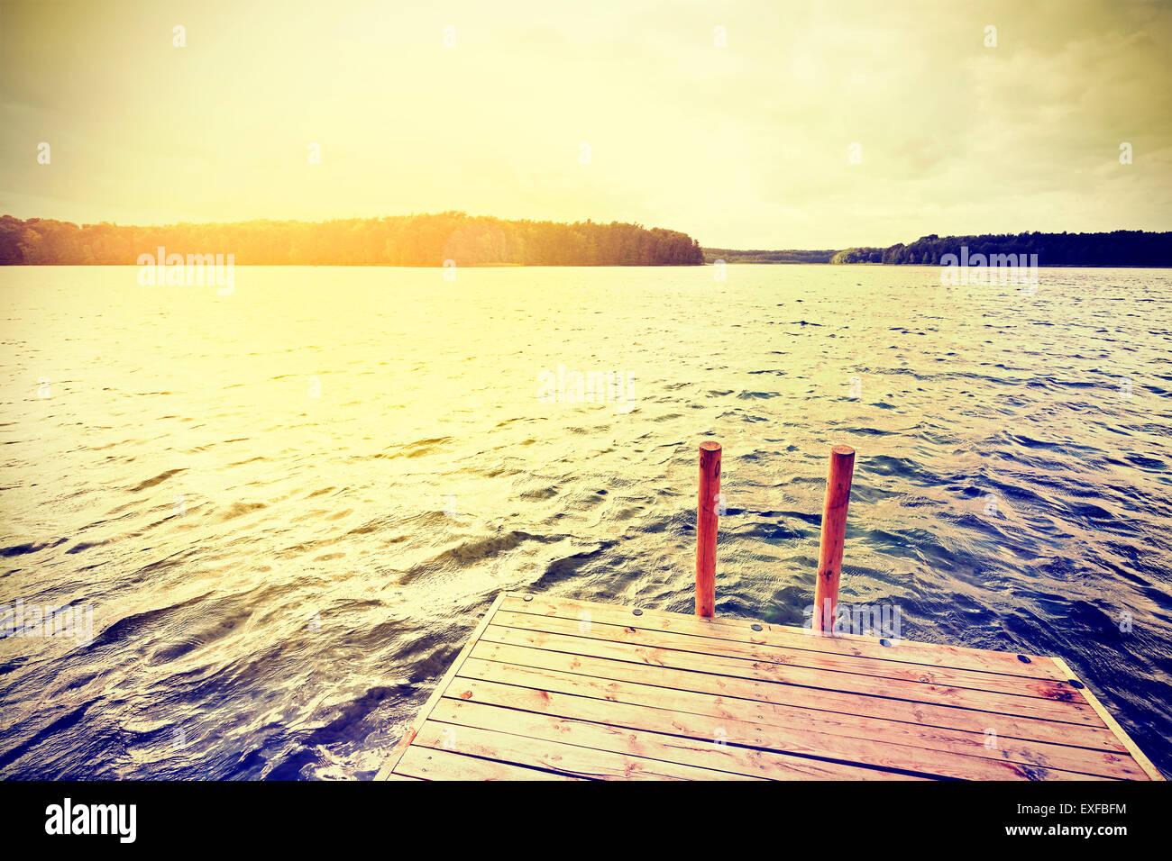 Vintage filtrée instagram jetée en bois au coucher du soleil. Photo Stock