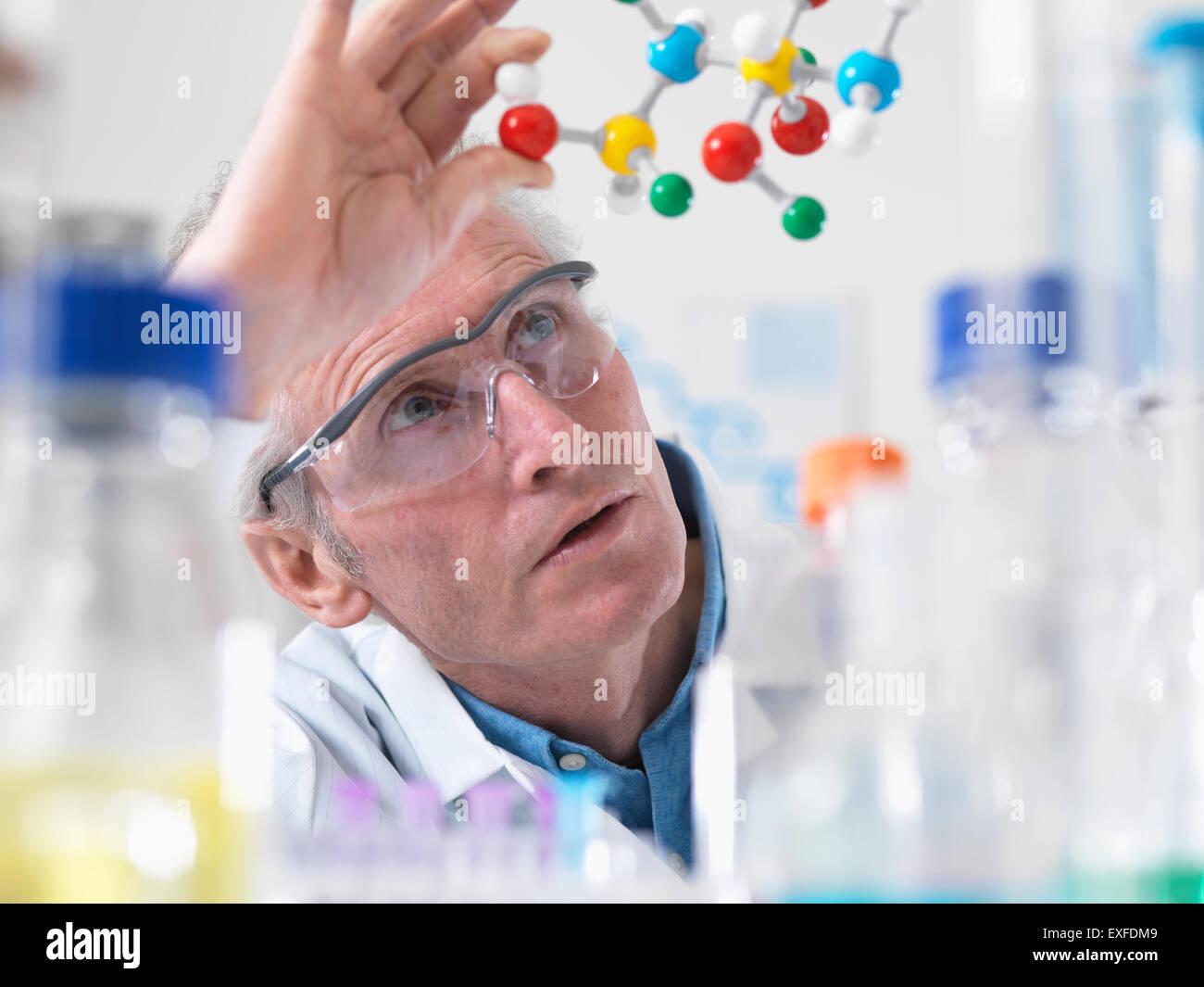 Visualisation scientifique modèle moléculaire d'une formule chimique dans un laboratoire Photo Stock