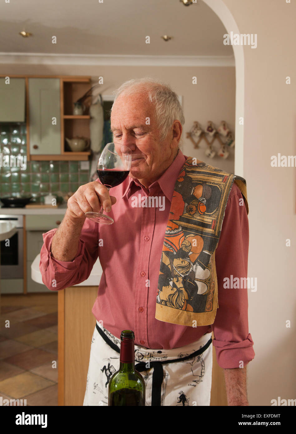 Dégustation de vin rouge homme senior Banque D'Images