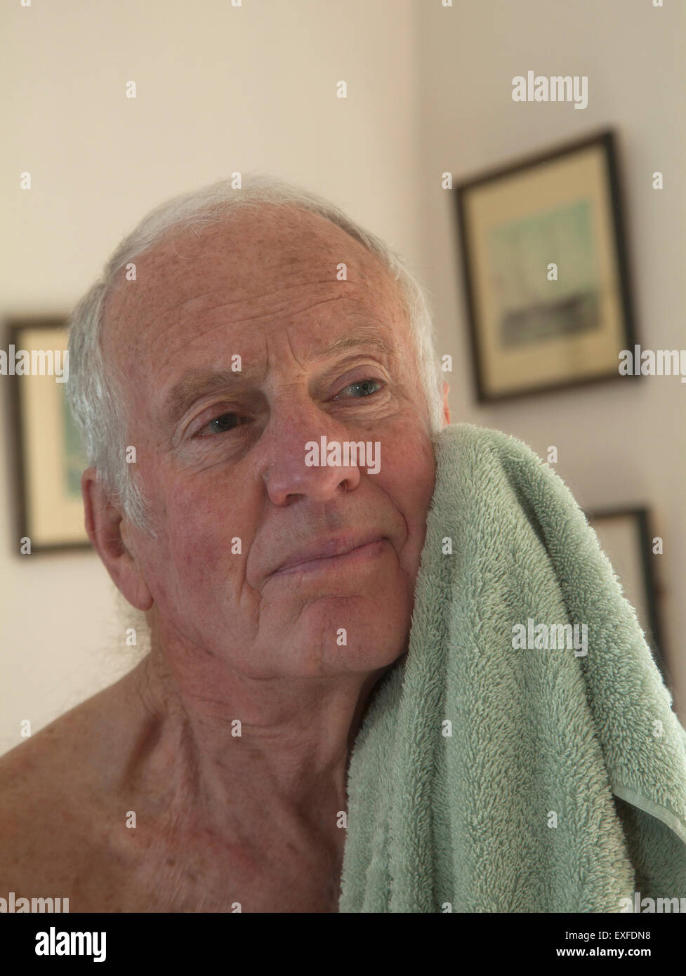 Man face avec serviette de séchage Photo Stock