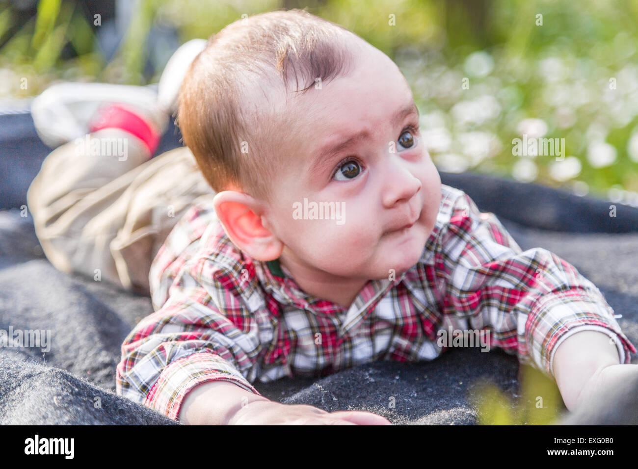 Mignon Drole De Visage De Bebe De 6 Mois Avec Les Cheveux Brun Clair En Chemise A Carreaux Rouge Et Beige Pantalon C Est De Mordre Ses Levres Et Joues Que Quelques