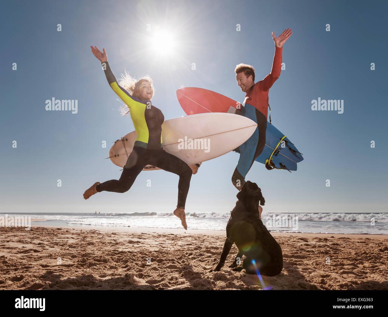Couple de surfeurs fous. El Palmar, Tarifa, Cadix, Costa de la Luz, Andalousie, Espagne du Sud. Photo Stock