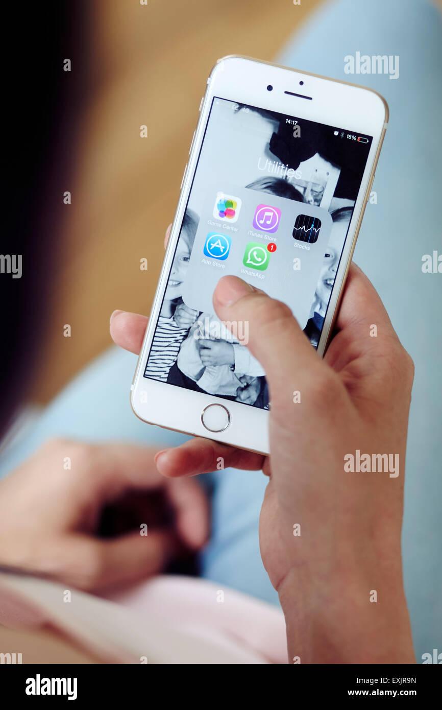 Personne naviguant sur des applications sur un iPhone Photo Stock