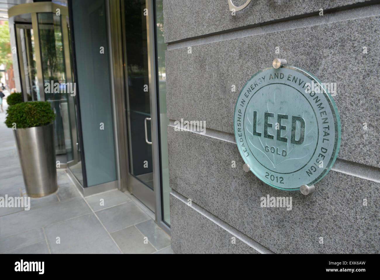 Score LEED Gold signe pour l'efficacité environnementale sur l'immeuble d'appartements à New Photo Stock