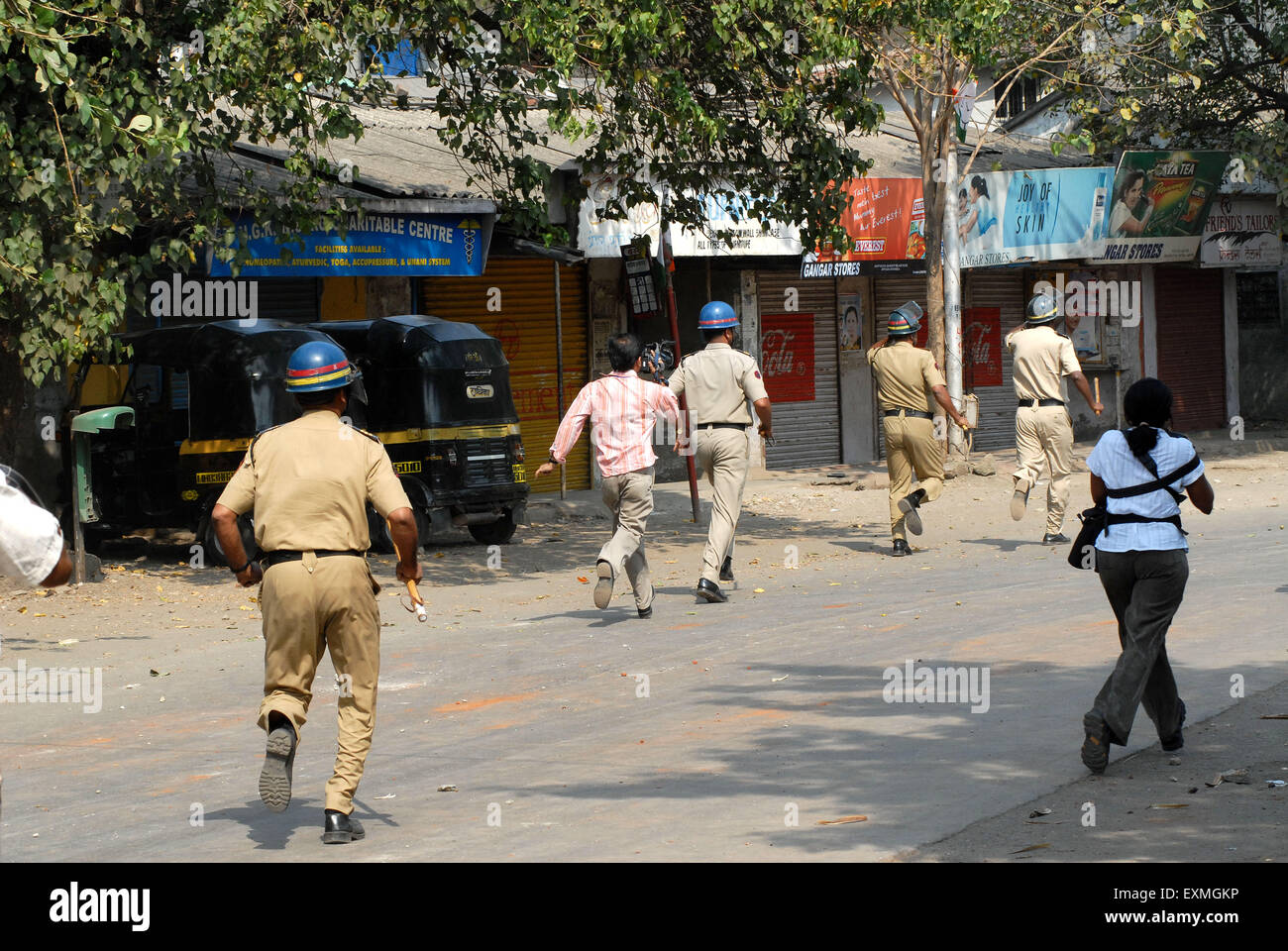 Charge de la police contre les émeutiers Bhandup lathi dalit communauté Dalit recourir à des manifestations Photo Stock
