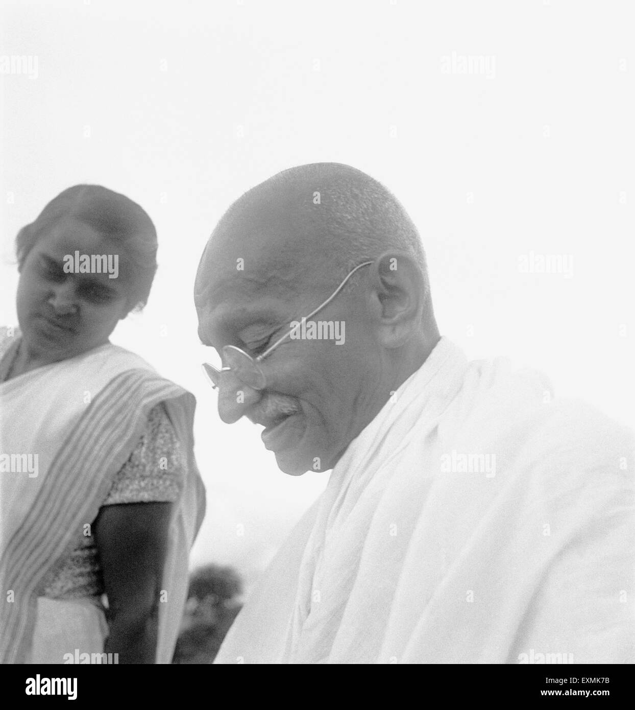 Mahatma Gandhi avec sa belle-fille, Sushila ; 1944 PAS DE MR Photo Stock