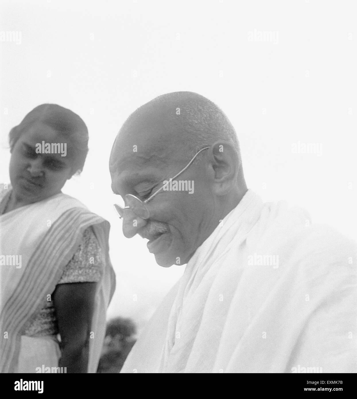 Mahatma Gandhi avec sa belle-fille, Sushila; 1944 PAS DE MR Photo Stock