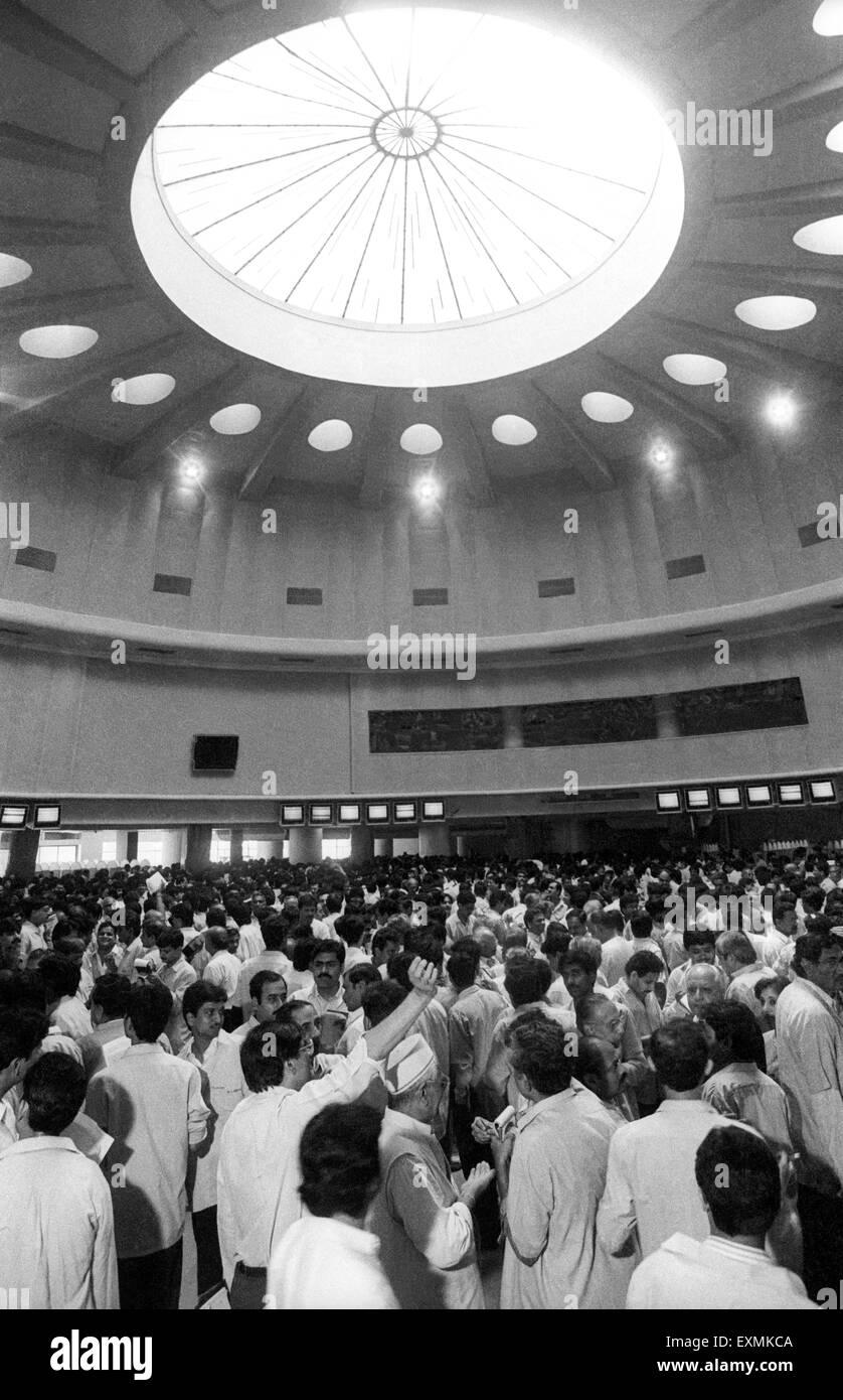 Les courtiers en assemblage dans l'anneau de la Bombay Stock Exchange (BSE) à des fins de transaction à Photo Stock