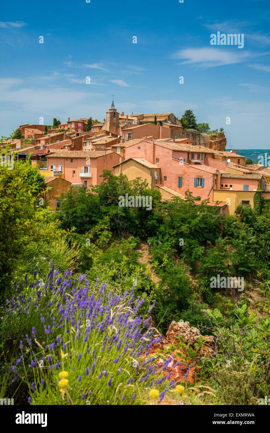 Vue sur le village de Roussillon, Provence, France Photo Stock