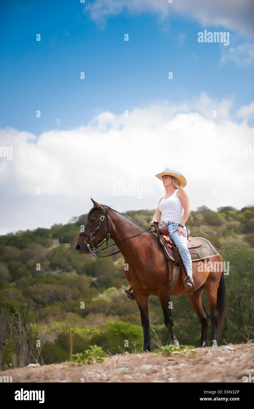 USA, Texas Hill Country, cow-girl sitting on horse Banque D'Images