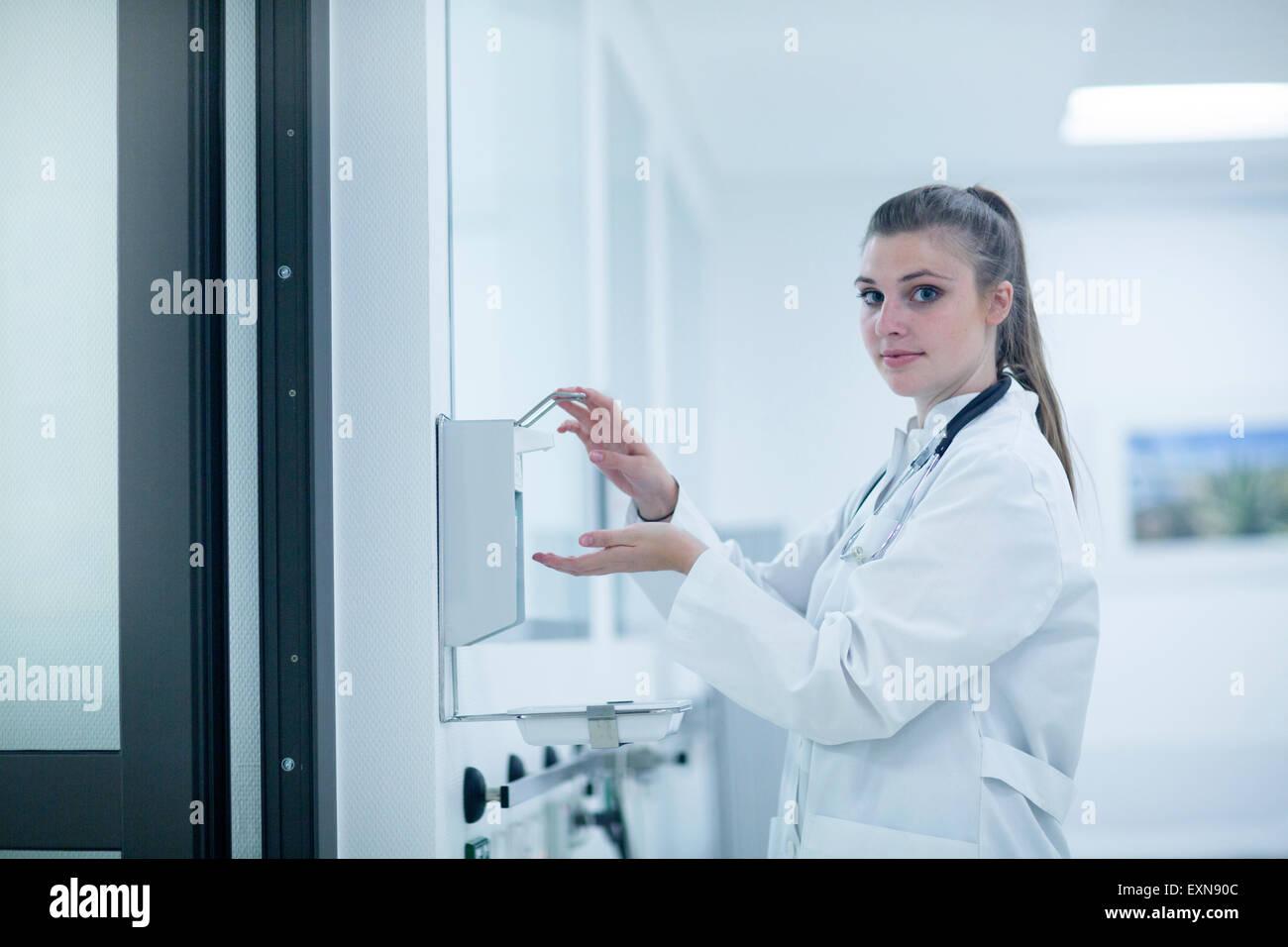 Jeune médecin à l'hôpital de désinfection des mains Photo Stock