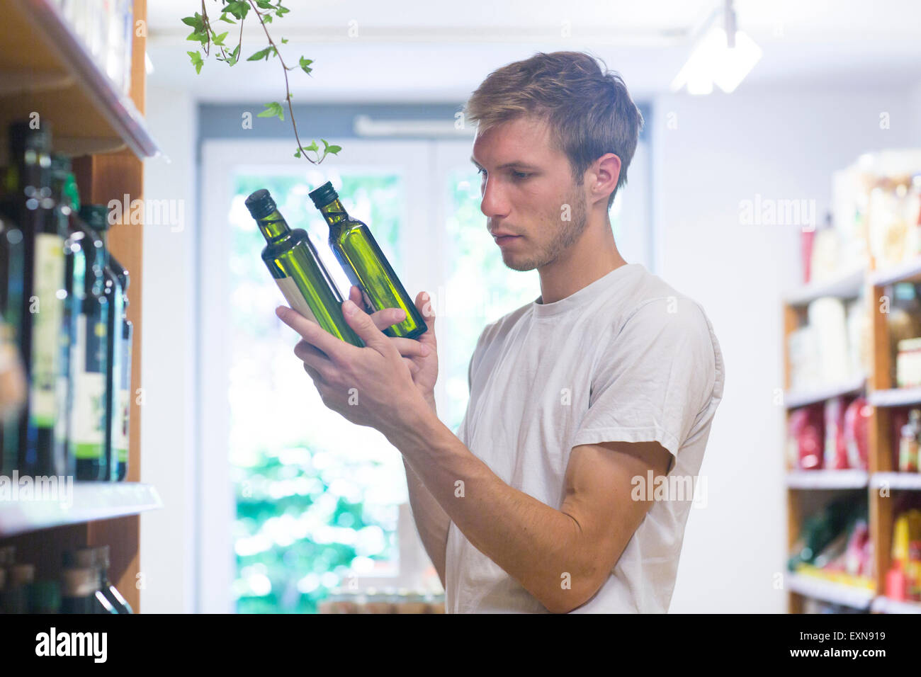 Homme employé de magasin de marchandises en magasin d'aliments complets de tri Photo Stock