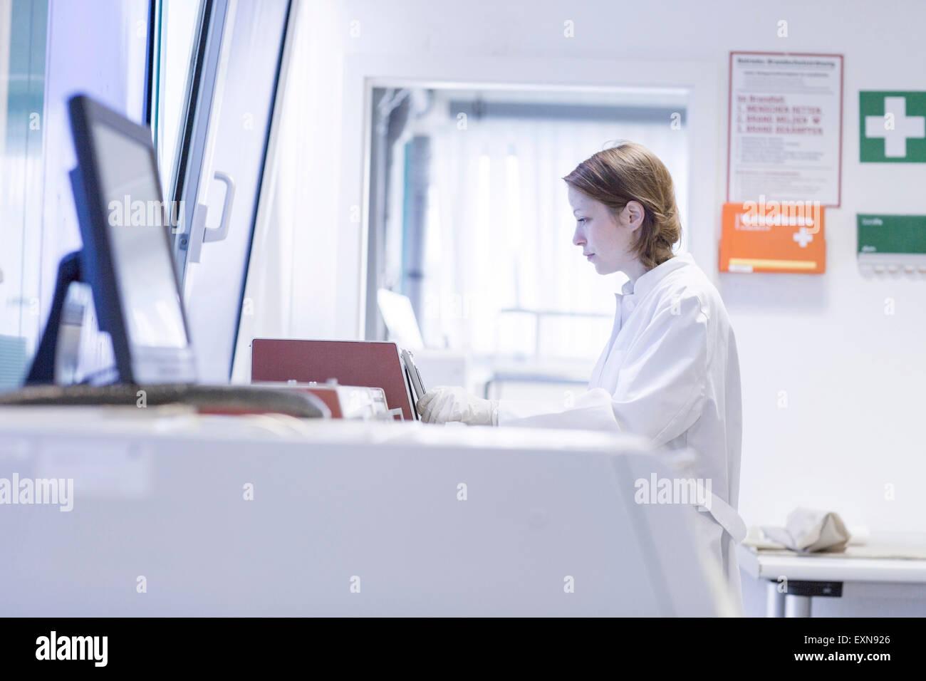 Assistant de laboratoire contrôle de dispositif de laboratoire Photo Stock