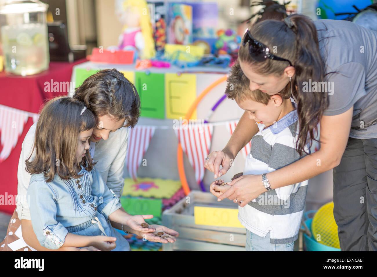 Les enfants ayant une vente de garage de l'argent comptant Photo Stock