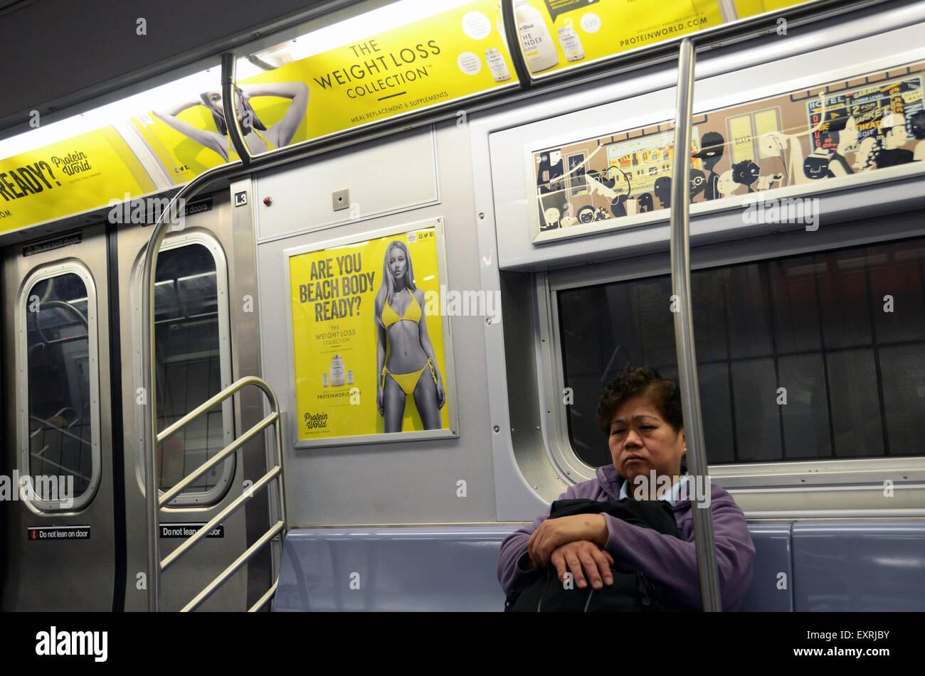Annonce mondiale de protéines corps plage collection weightloss tube métro underground annonce l'affiche Photo Stock
