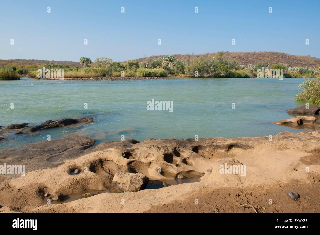 La rivière Kunene en Namibie, rivière frontière avec l'Angola Banque D'Images