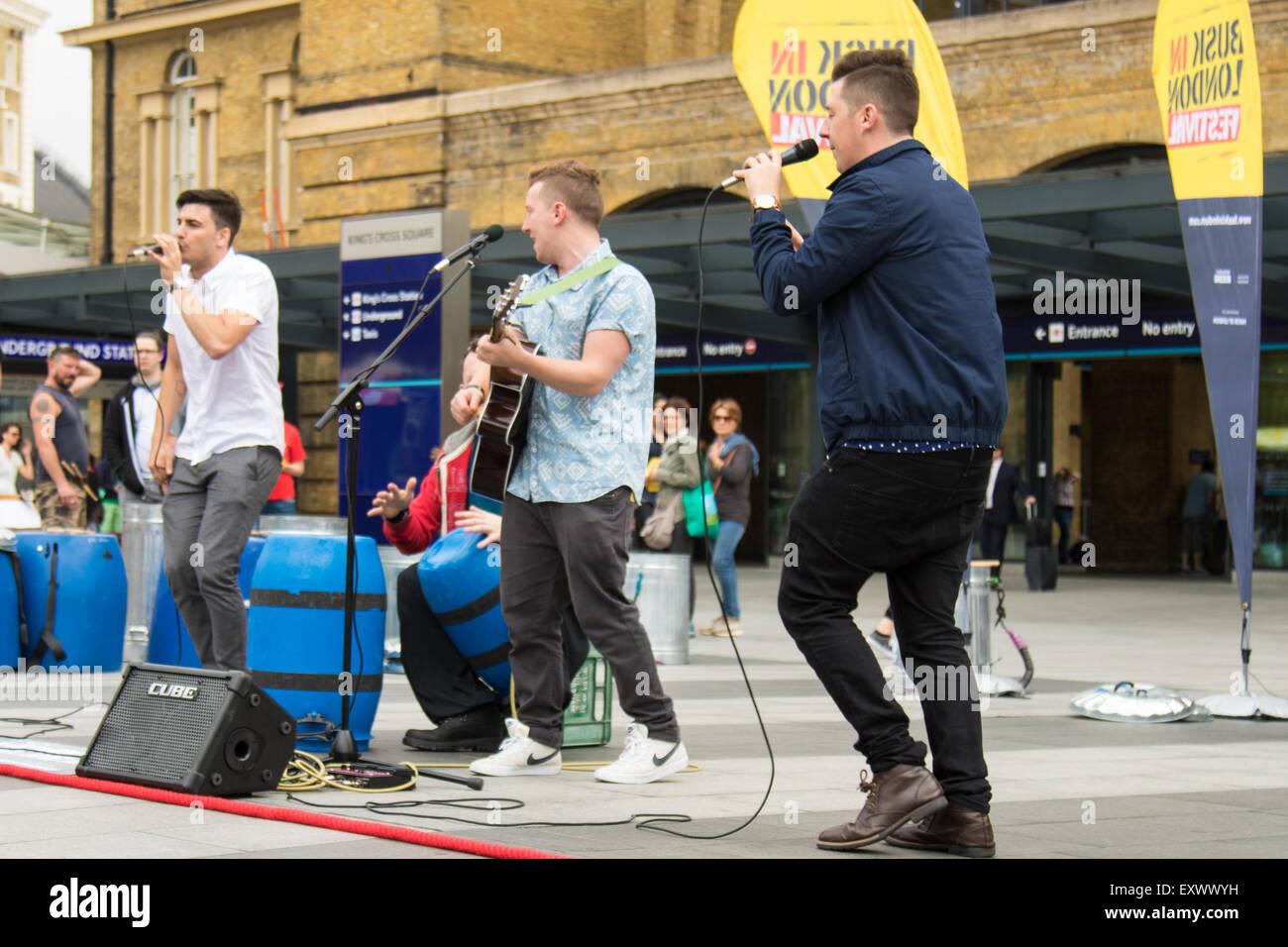 Kings Cross Road, London, 17 juillet 2015. Dans le cadre de la Journée nationale de la rue, Busk, à Londres, est lancé à King Cross Square avec percussion Stomp groupe de renommée internationale et sur mesure groupe pop de rue qui remonte à leur performance de rue racines et divertir les milliers de navetteurs qui passe. Sur la photo: effectuer sur mesure à Kings Cross Square. Crédit: Paul Davey/Alamy Live News Banque D'Images