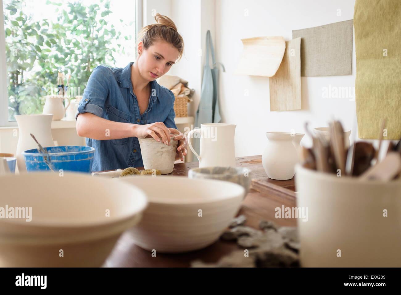 Jeune femme la poterie en studio Photo Stock