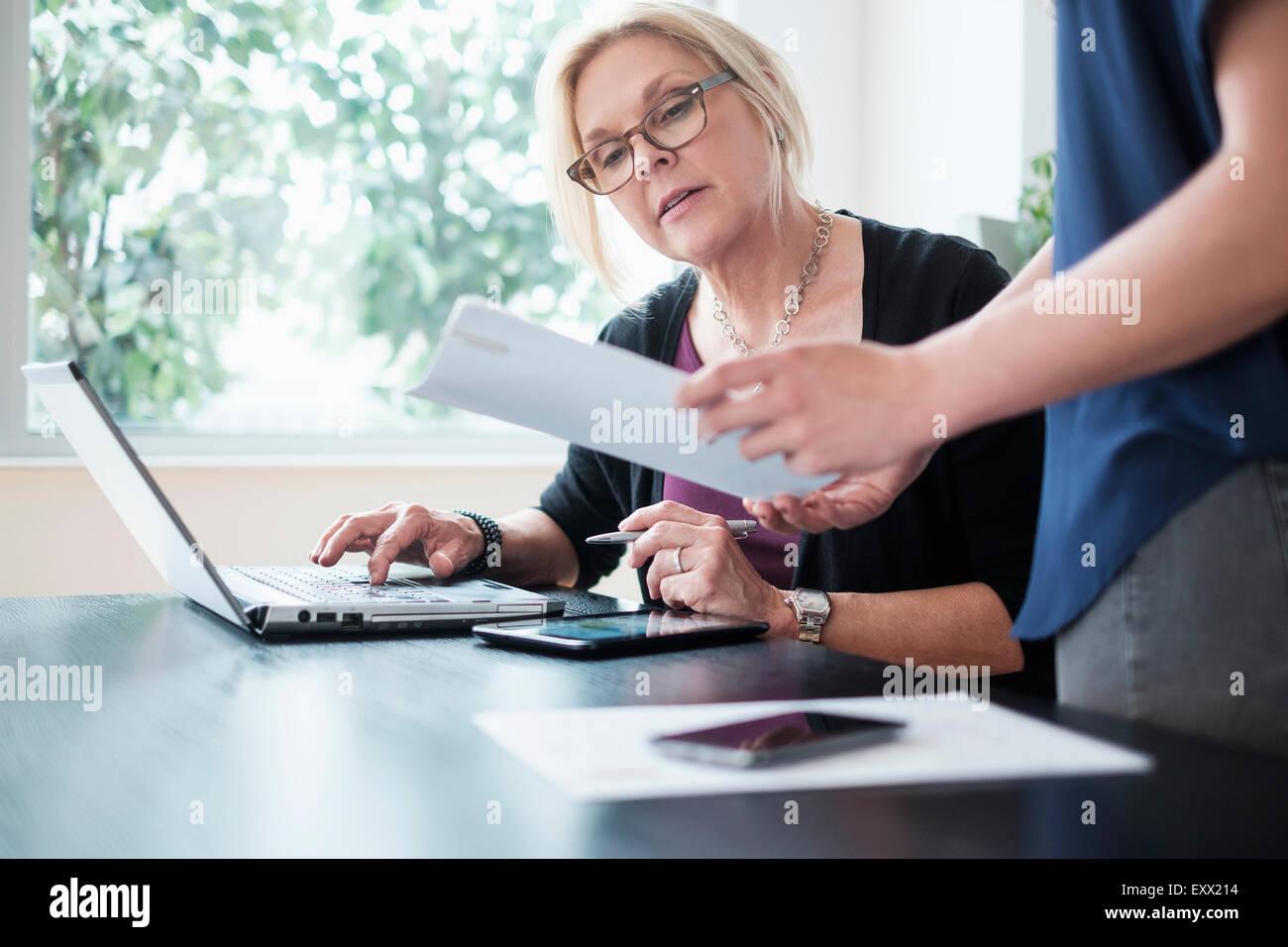 Les femmes travaillant dans office Photo Stock