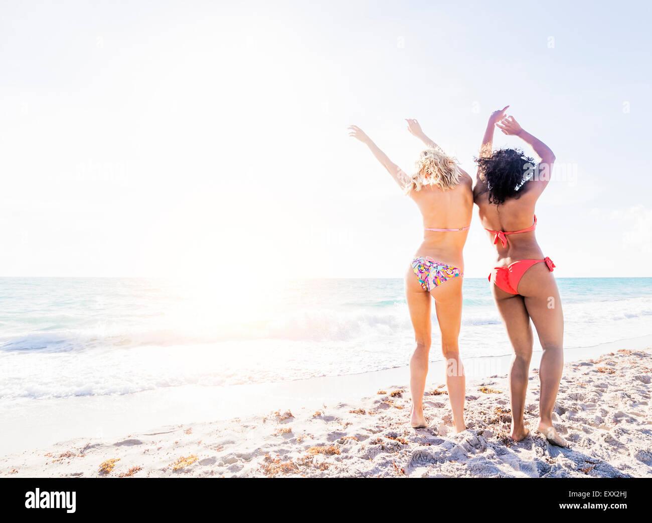 Les amis des femmes dansant sur beach Photo Stock