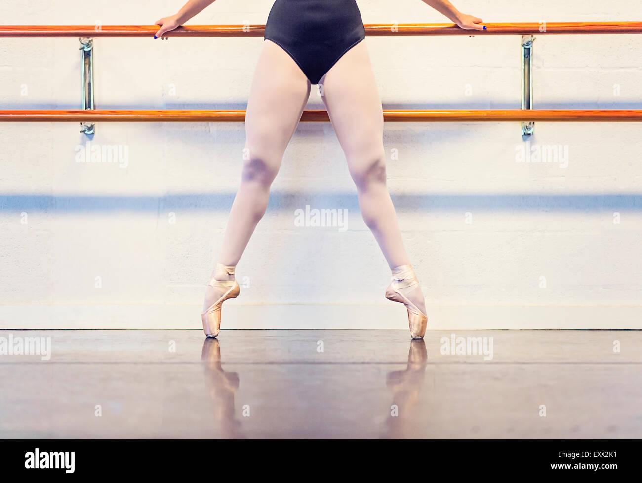 Jeune femme dansant dans un studio de danse Photo Stock