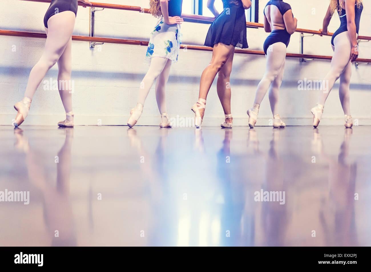 Les jeunes femmes dansant dans un studio de danse Photo Stock