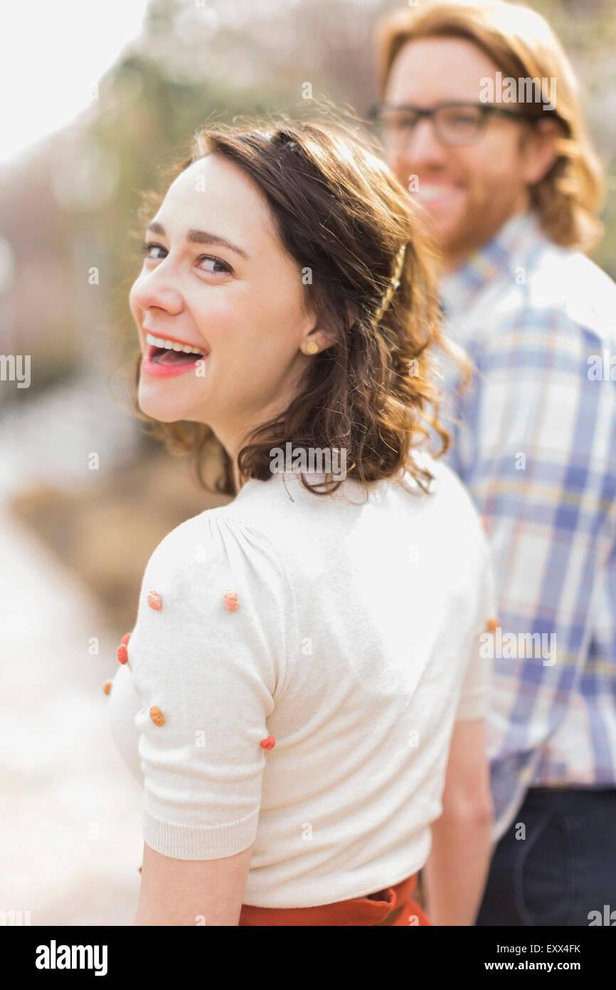 Jeune femme souriante à côté de petit ami Photo Stock