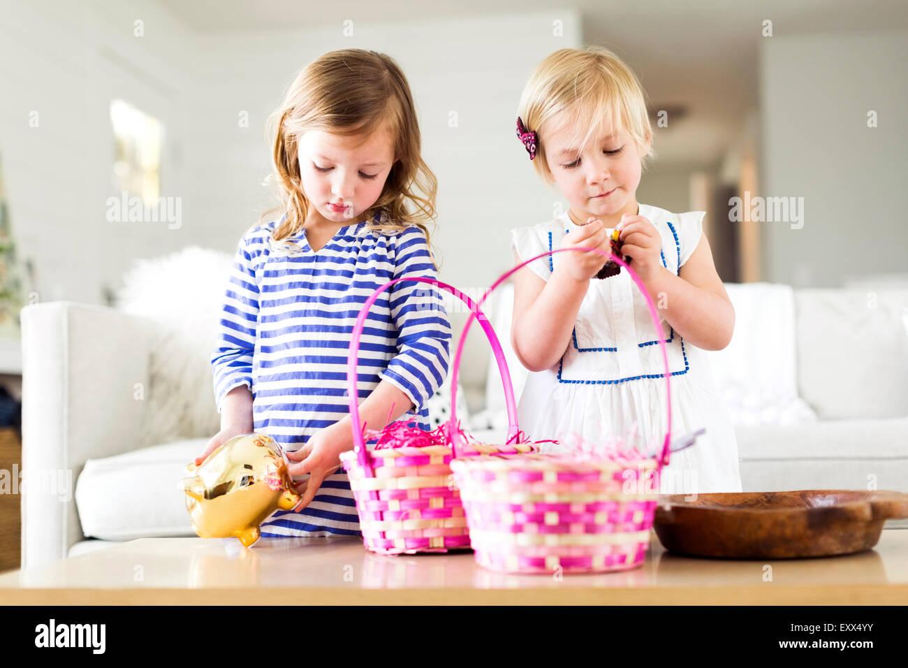 Les filles (2-3, 4-5) les bonbons d'ouverture Photo Stock